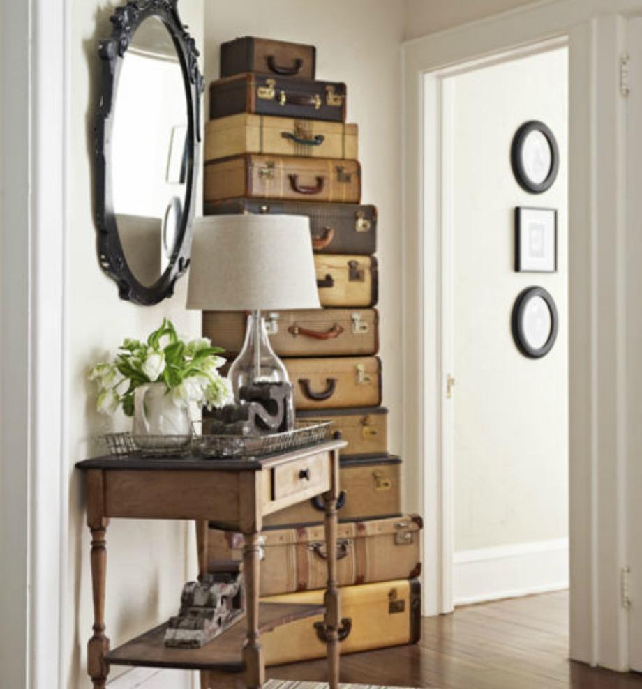 Aυτό το διακοσμητικό που αποτελείται από vintage βαλίτσες είναι φανταστικό για αποθηκευτικό χώρο με στιλ