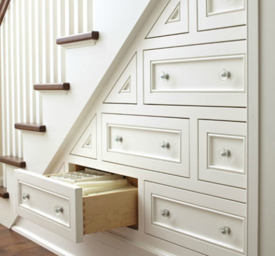 Αν έχετε σκάλες, τότε εκμεταλλευτείτε τον χώρο κάτω από αυτές