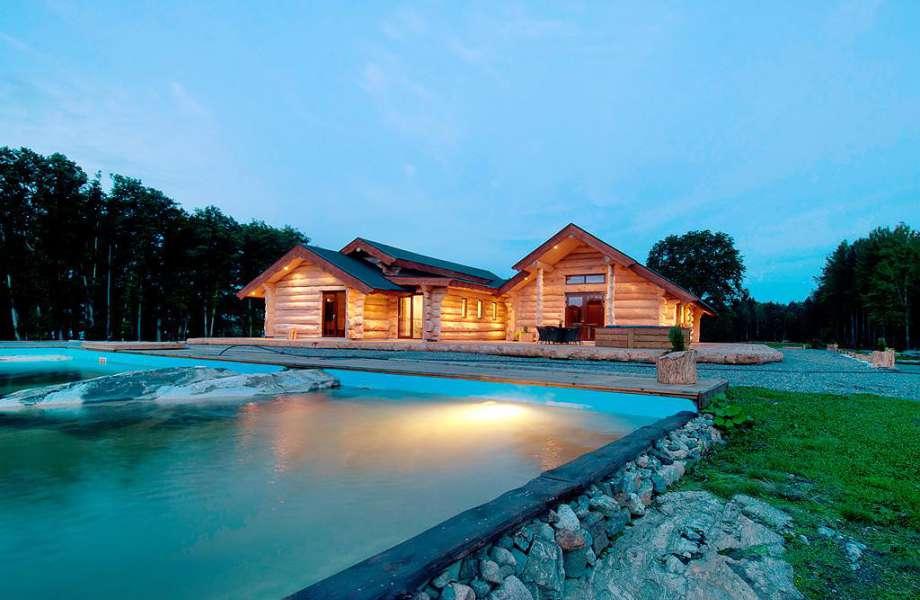 Η κεντρική βίλα του νησιού έχει θέα την εντυπωσιακή πισίνα!