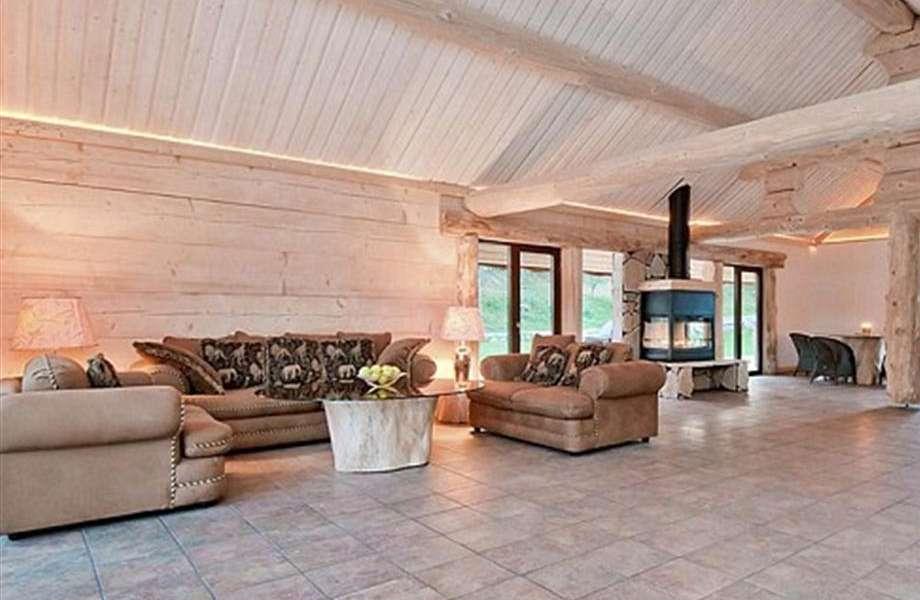 Το πολυτελές σαλόνι της βίλας θυμίζει περισσότερο σαλέ παρά σπίτι σε νησί.