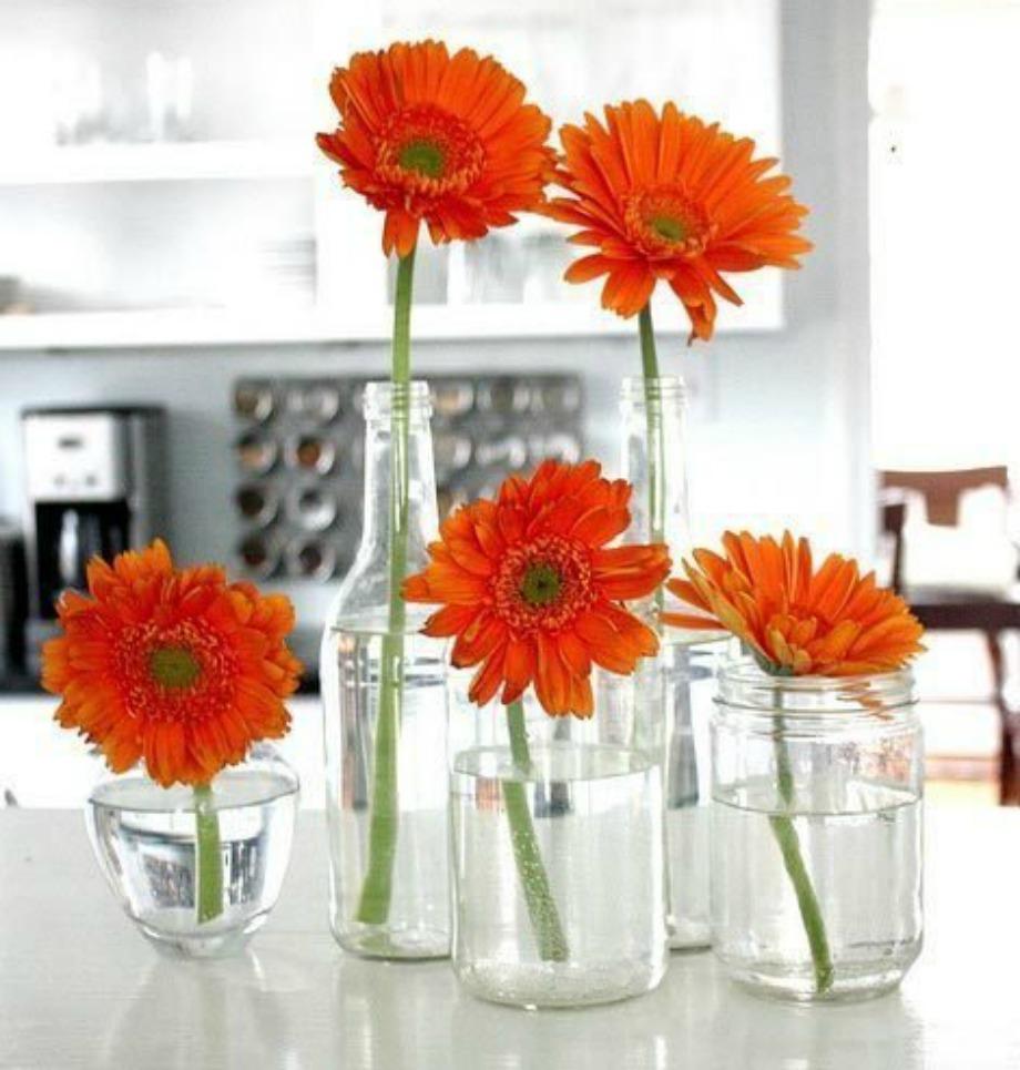 Βάλτε ένα λουλούδι σε κάθε βαζάκι, αντί για όλα τα λουλούδια σε ένα βάζο και το αποτέλεσμα θα σας ανταμείψει. Χρησιμοποιήστε άδεια βαζάκια αλλά και μπουκάλια
