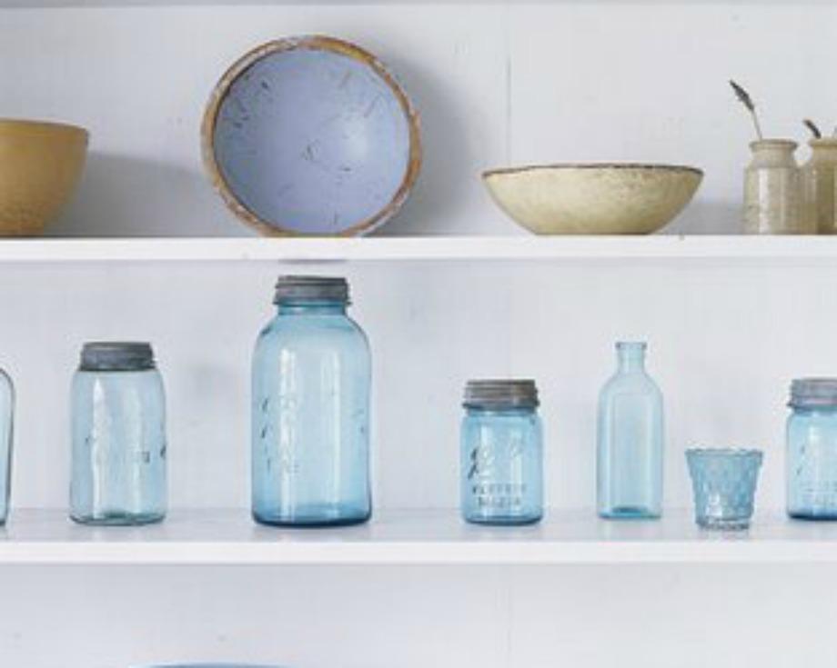 Βάλτε στο ράφι μερικά βάζα και αξιοποιήστε τα ως αποθηκευτικούς χώρους για το λάδι, τη ζάχαρη και τον καφέ. Άλλωστε φέτος είναι στη μόδα τα ανοιχτά ντουλάπια χωρίς πόρτες