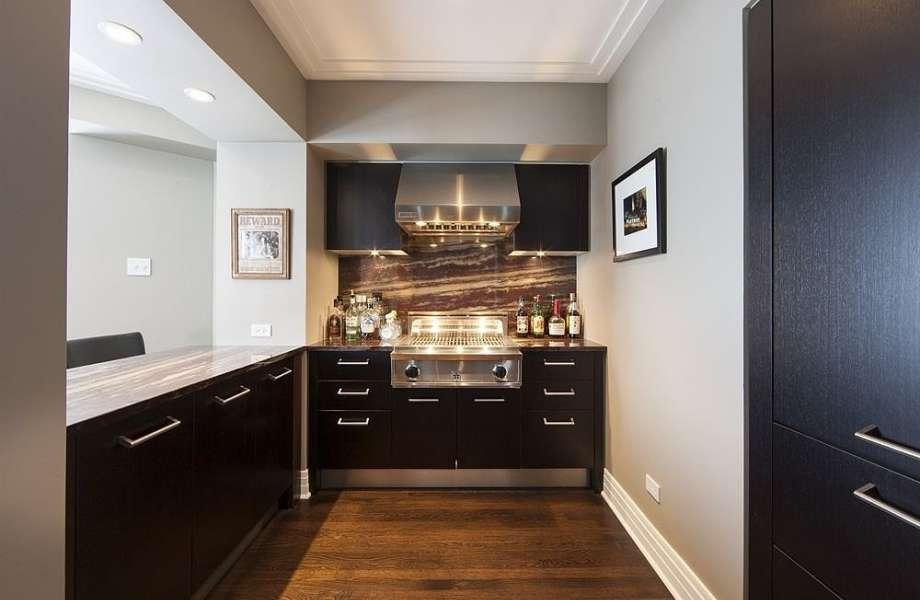 Η φωτεινή μίνιμαλ κουζίνα του σπιτιού.