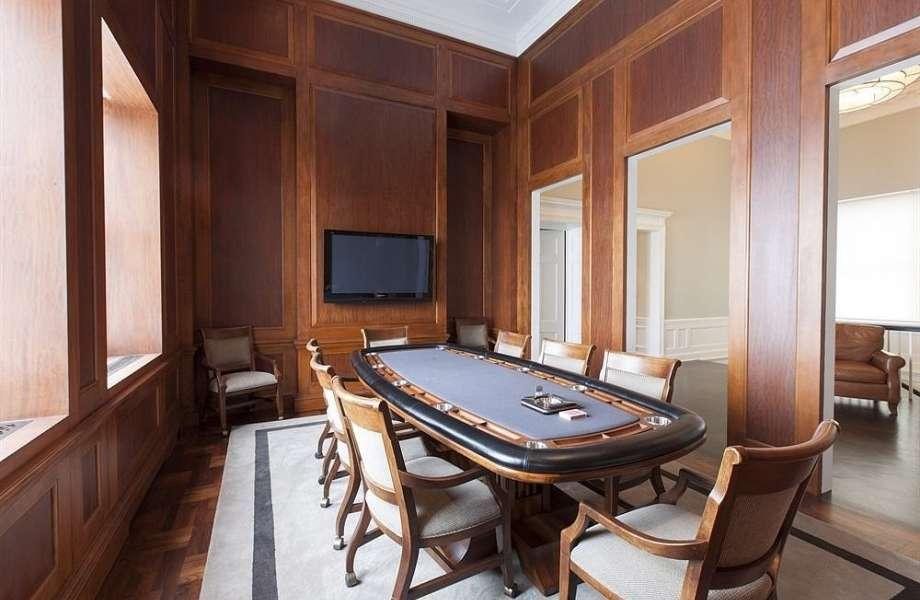 Αυτό θα πει λατρεία: ο ηθοποιός διαμόρφωσε ένα ολόκληρο δωμάτιο στο πόκερ.