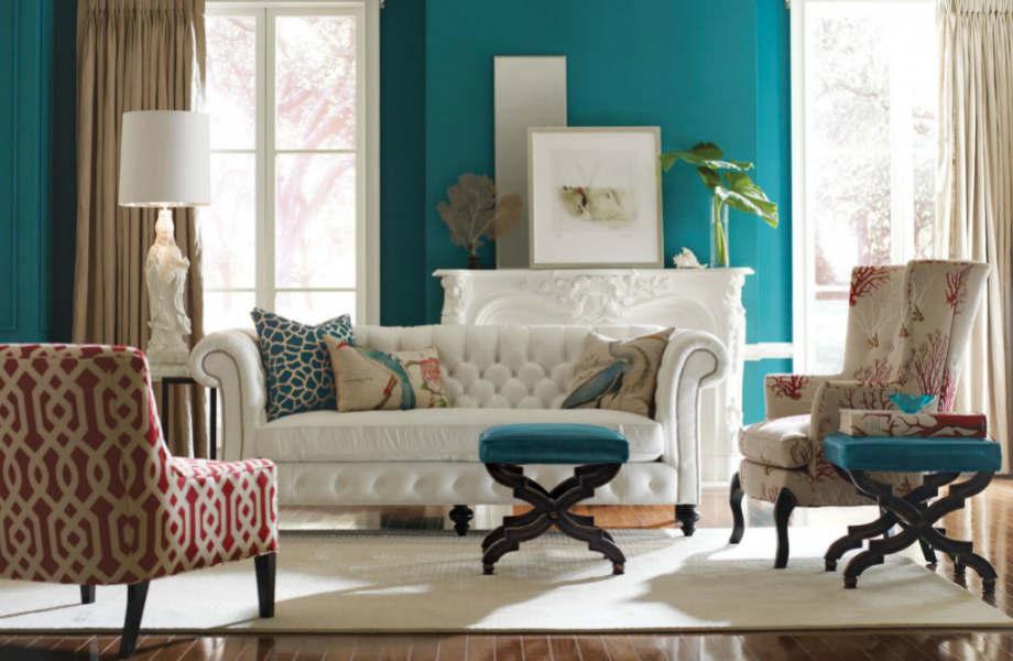 Δώστε εξωτικό αέρα στον καναπέ σας με animal print μαξιλάρια.