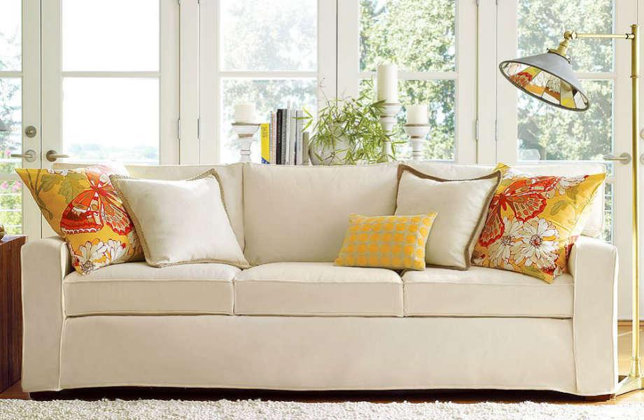 Μπορεί να σας φαίνονται έντονα, αλλά το κίτρινο και το πορτοκαλί θα δώσουν αέρα φρεσκάδας και κομψότητας στο λευκό καναπέ σας!