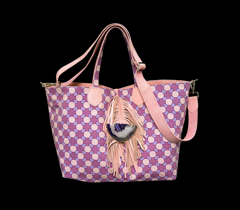 Ξεχωριστή, σχεδόν εκκεντρική η τσάντα της Βέτας Τσουκαλά.
