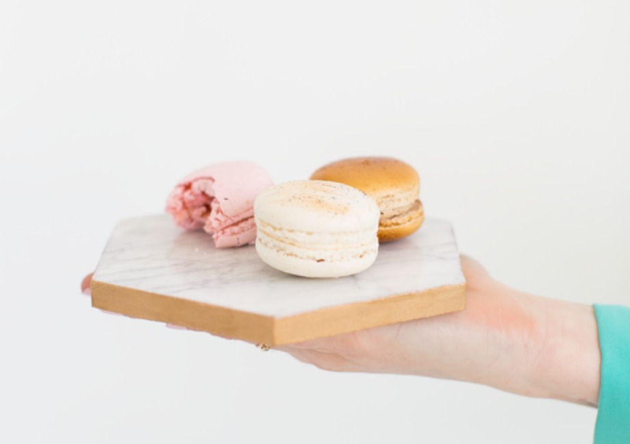 Μπορείτε να χρησιμοποιήσετε για δίσκο μια οποιαδήποτε επιφάνεια από ξύλο. Βάλτε πάνω ένα ύφασμα ή ένα υλικό που σας αρέσει και θα έχετε φτιάξει έναν υπέροχο δίσκο για το πρωινό σας