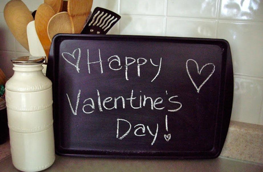 Βάφοντας έναν δίσκο με βαφή μαυροπίνακα θα μπορείτε να γράφετε πάνω μηνύματα για τους αγαπημένους σας