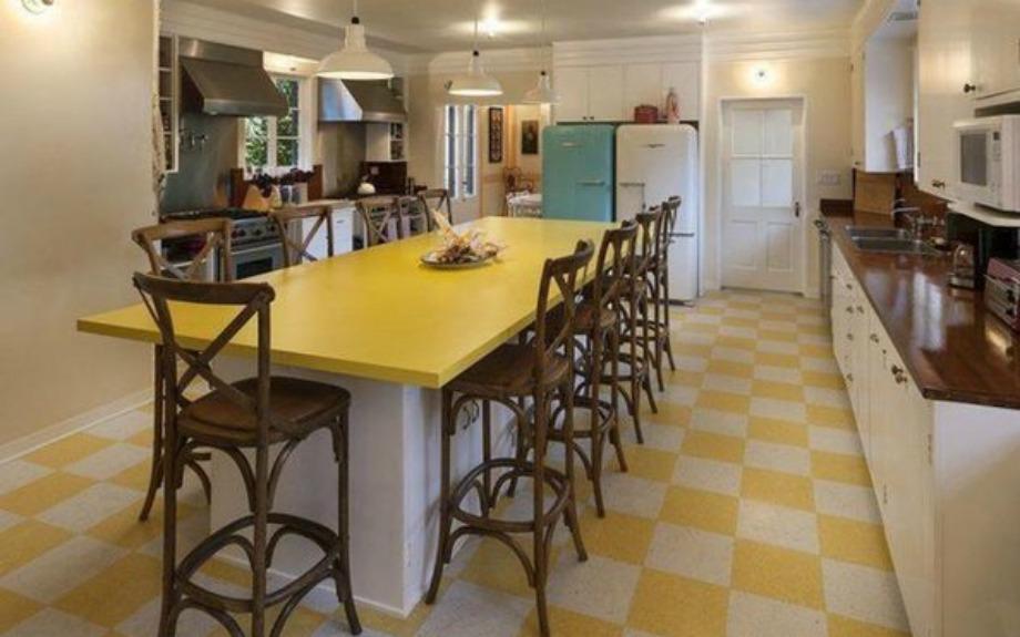 Η κουζίνα είναι πού όμορφη και σε αυτήν κυριαρχεί ρετρό διακόσμηση
