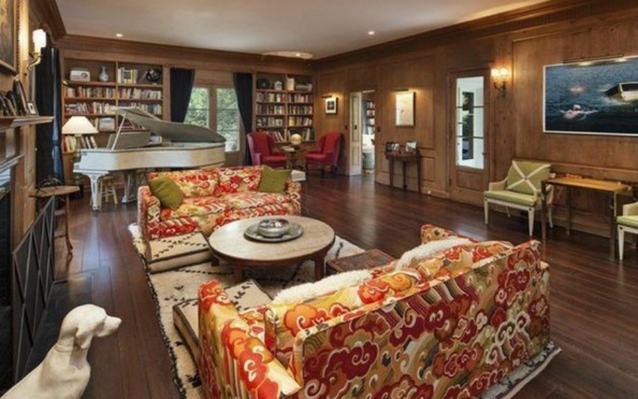 Στο σαλόνι οι φλοράλ καναπέδες χαλάνε τη διακόσμηση όλου του χώρου