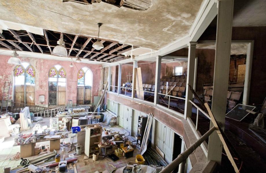 Μέσα στην εκκλησία ξηλώθηκαν τα πάντα για να δημιουργηθεί χώρος