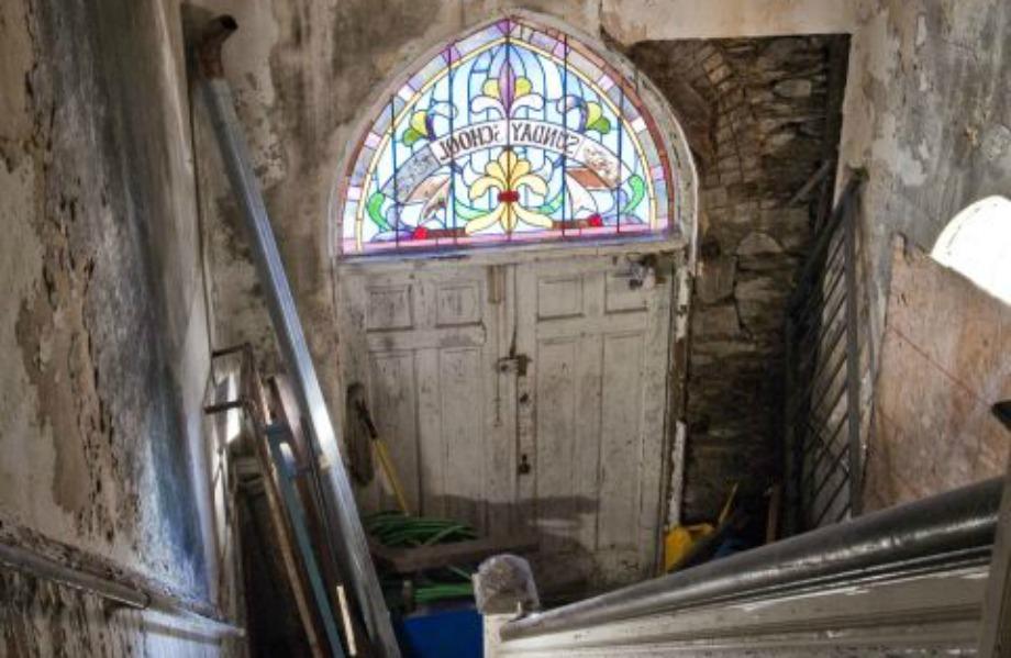 Τα χρωματιστά παράθυρα της εκκλησίας διατηρήθηκαν και μετά την ανακαίνιση