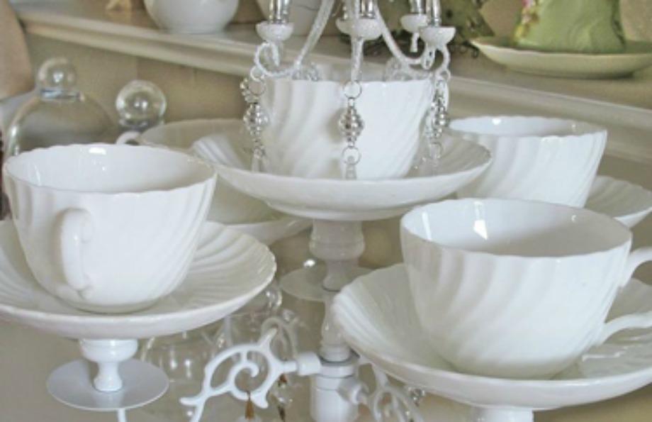 Βγάλτε τα κεριά από το κηροπήγιό σας και βάλτε φλυτζάνια. Έτσι θα φτιάξετε ένα ωραίο διακοσμητιό για τον πάγκο της κουζίνα σας