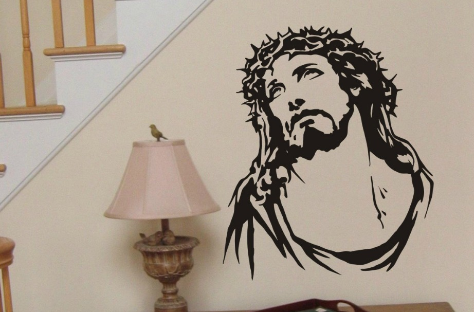 Είτε βάλετε πίνακες είτε κάποιο αυτοκόλλητο στον τοίχο, οι ασπρόμαυροοι τόνοι ταιριάζουν πολύ σε αυτού του είδους τη διακόσμηση