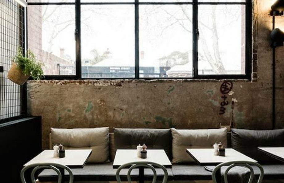Τα γυμνά παράθυρα ταιριάζουν πολύ στη βιομηχανική διακόσμηση