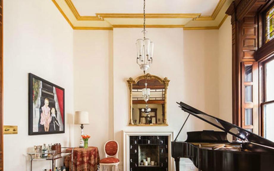 Στο καθιστικό υπάρχει ένα μεγάλο πιάνο και δύο τζάκια