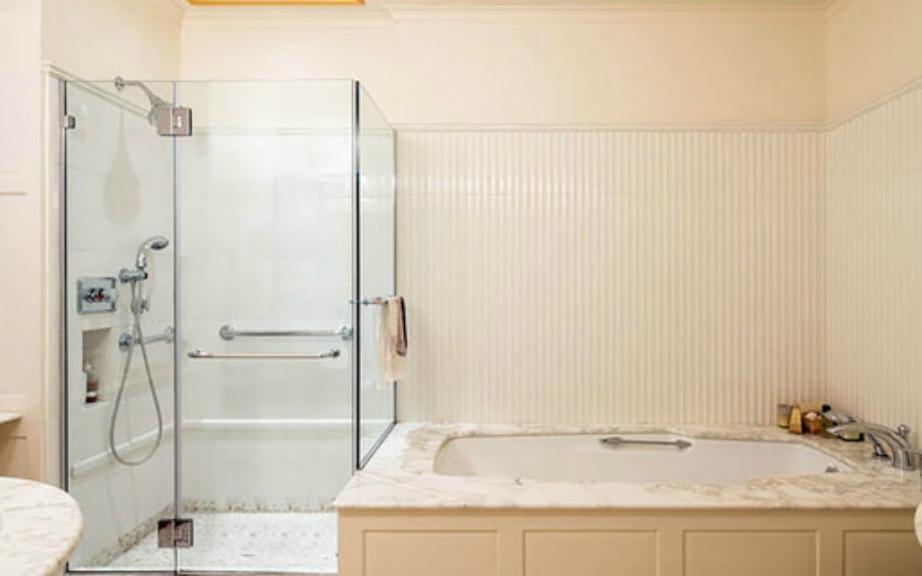 Στο μπάνιο κυριαρχεί το μάρμαρο και οι μίνιμαλ γραμμές