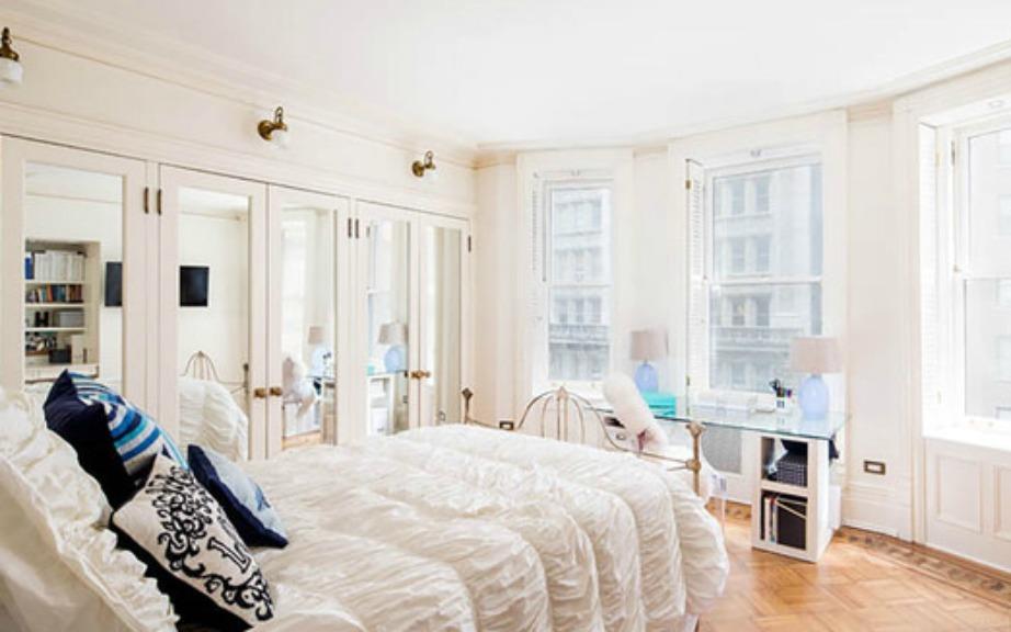 Στο υπνοδωμάτιο κυριαρχεί το λευκό χρώμα και η ηθοποιός έχει επιλέξει να μην βάλει κουρτίνες για να μπαίνει μέσα άπλετο το φως