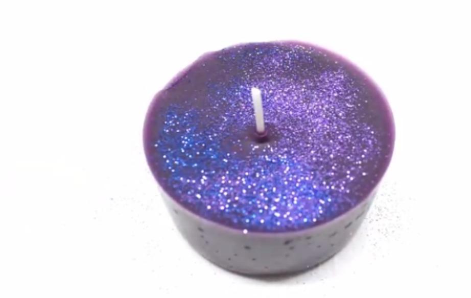 Μπορείτε να διακοσμήσετε όπως θέλετε το κερί σας.