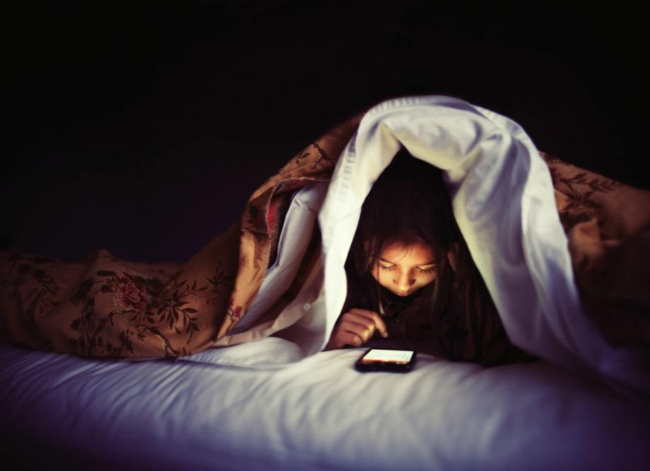 Προστατέψτε τα μάτια σας και τον οργανισμό σας από τα προβαλήαμτα που δημιουργούνται λόγω χρήσης κινητών ή τάμπλετ λίγο πριν τον ύπνο