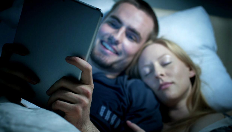 Χρησιμοποιείστε το τάμπλετ ή το κινητό τουλάχιστον μια ώρα πριν τον ύπνο