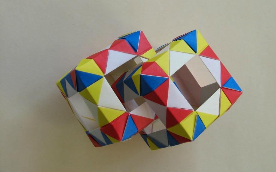 Ψάχνοντας θα βρείτε μερικά όμορφα 3D διακοσμητικά για τον τοίχο σας σε μορφή κύβων