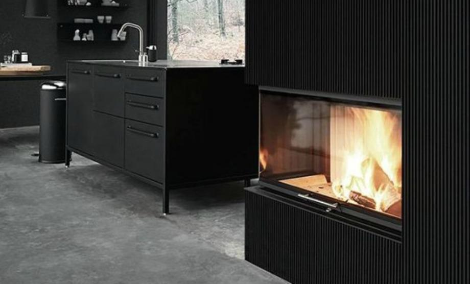 Το τζάκι προσφέρει ζεστασιά και στιλ σε μια κουζίνα