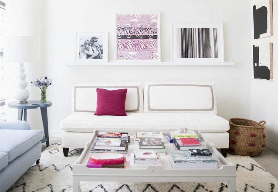 Αν έχετε μικρό σαλόνι, δε χρειάζεται να αγοράσετε έναν τεράστιο καναπέ. Αγοράστε έναν διθέσιο καναπέ και προσθέστε χρώμα στις λεπτομέρειες για να τον γεμίσετε