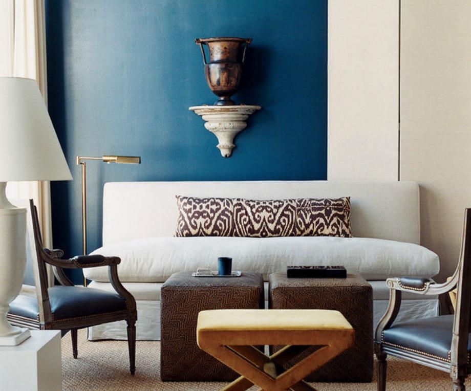 Βάψτε τον έναν σας τοίχο σε μια όμορφη σκούρα απόχρωση για να γεμίσετε τον χώρο και να τον κάνετε να δείχνει πιο ζεστός