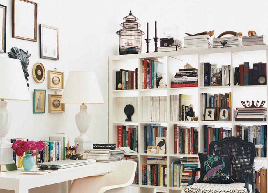 Διακοσμήστε τη βιβλιοθήκη σας με όμορφα διακοσμητικά και τοποθετήστε τα βιβλία σας με διάφορους τρόπους
