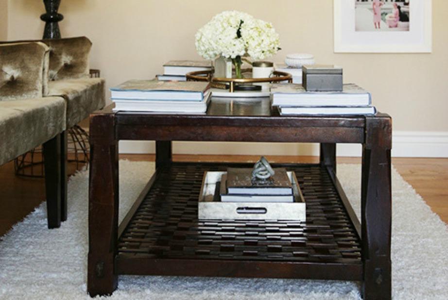 Στο σκουρόχρωμα ξύλινο τραπεζάκι υπάρχει ένας όμορφος μαρμάρινος δίσκος