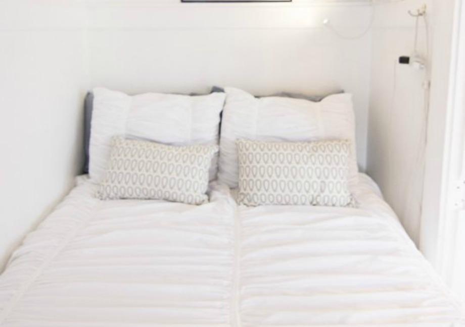 Δεν είναι κακό να χρησιμοποιήσετε ένα μεγάλο κρεβάτι μέσα σε ένα μικρό υπνοδωμάτιο. Απλά φροντίστε να δημιουργήσετε το συναίσθημα της ζεστασιάς