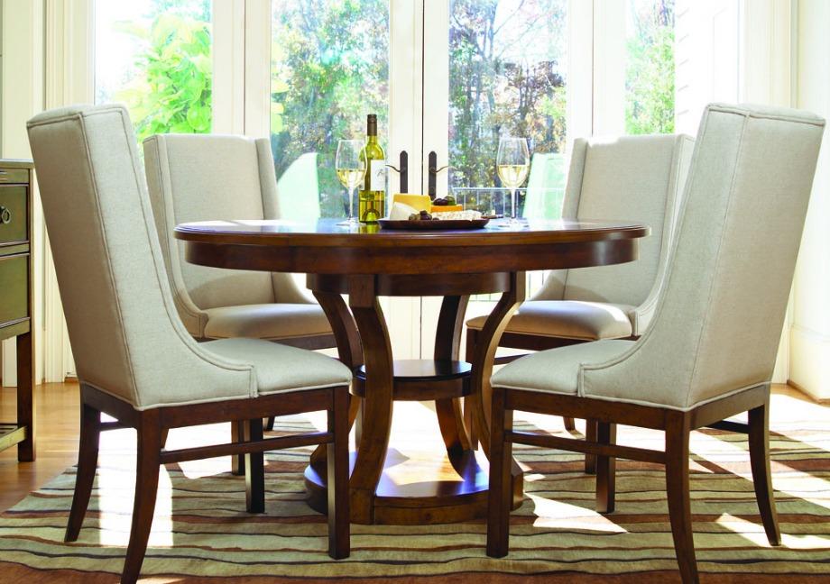 Μια όμορφη τραπεζαρία μπορεί να αποτελείται από ένα μικρό τραπέζι και 4 καρέκλες. Δεν είναι απαραίτητο να βάλετε ένα τεράστιο τραπέζι. Προσαρμόστε τον χώρο σας στις ανάγκες του σπιτιού σας