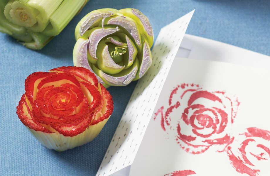 Κόψτε ένα σέλινο στη μέση για να φτιάξετε στάμπες σε σχήμα τριαντάφυλλου!