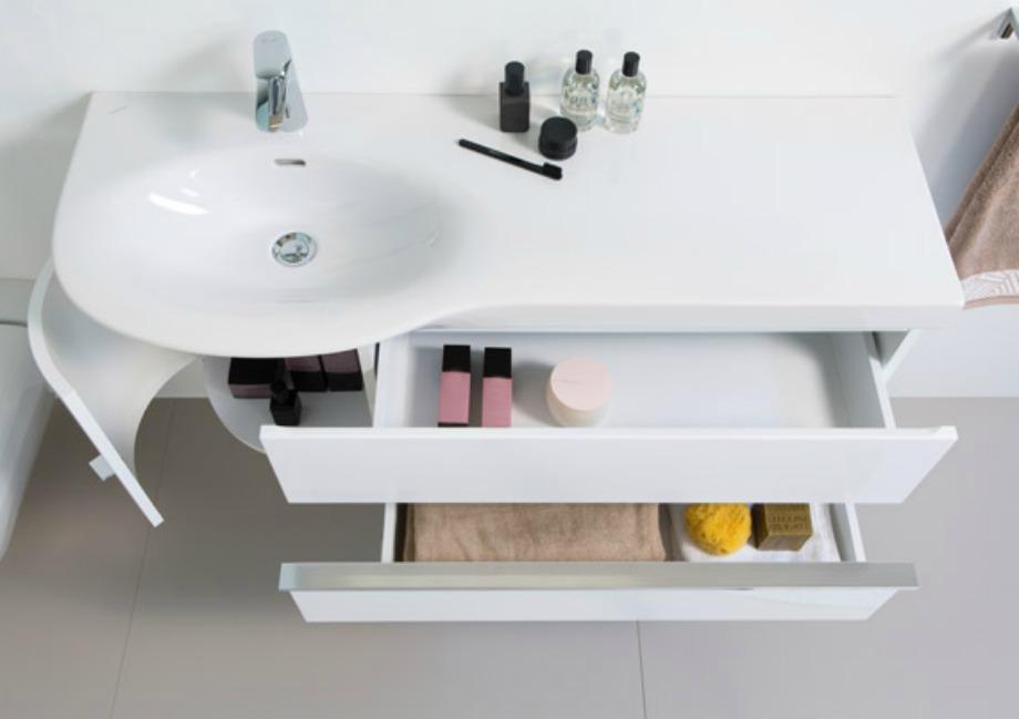 Τοποθετήστε στο μπάνιο έξτρα ράφια και οργανώστε τα πράγματά σας πετώντας αυτά που δεν χρησιμοποιείτε