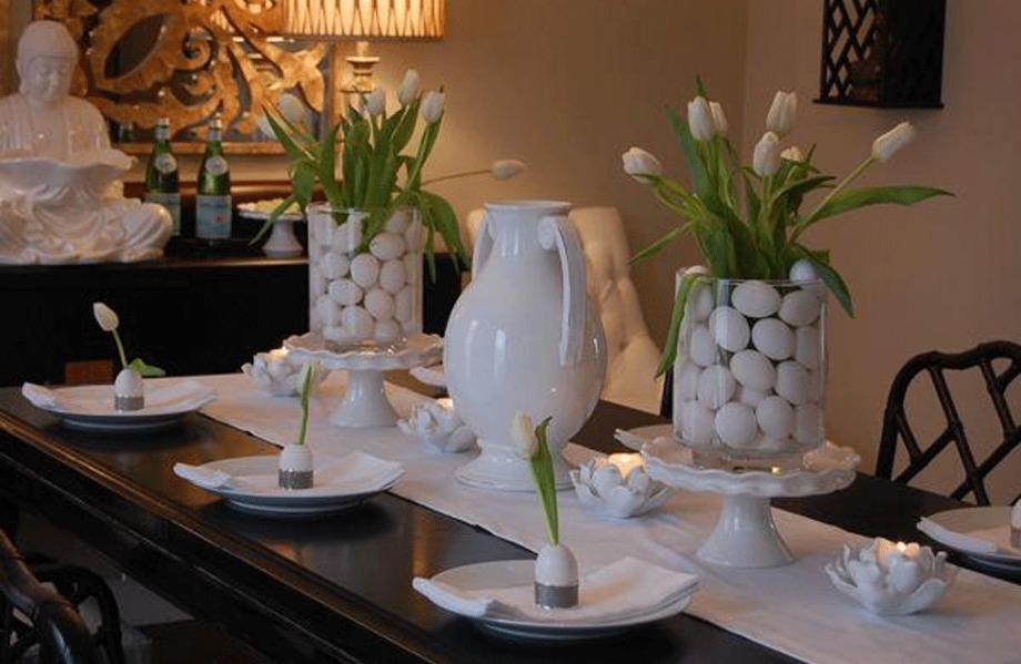 Βάτε σε μεγάλα γυάλινα βάζα λευκά αυγά και φρέσκες τουλίπες