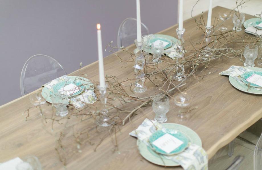 Για μίνιμαλ διακόσμηση επιλέξτε κλωνάρια χωρίς άνθη και απλά κεριά