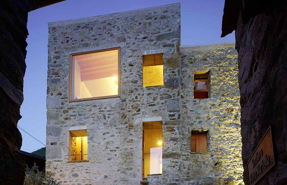 Το υπέροχο πέτρινο σπίτι χτίστηκε πριν πολλά χρόνια στην Ελβετία αλλά καταφέρνει ακόμα και σήμερα να δείχνει επιβλητικό και υπέροχο