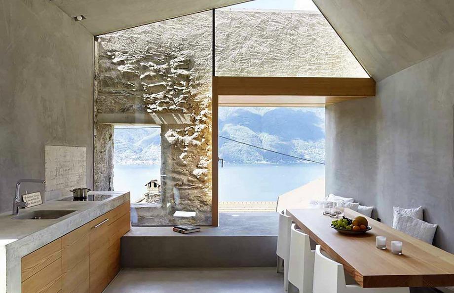 Στην κουζίνα του σπιτιού επικρατεί η πέτρα, αλλά οι ιδιοκτήτες πρόσθεσαν μεγάλα παράθυρα για να μπαίνει άπλετο το φως
