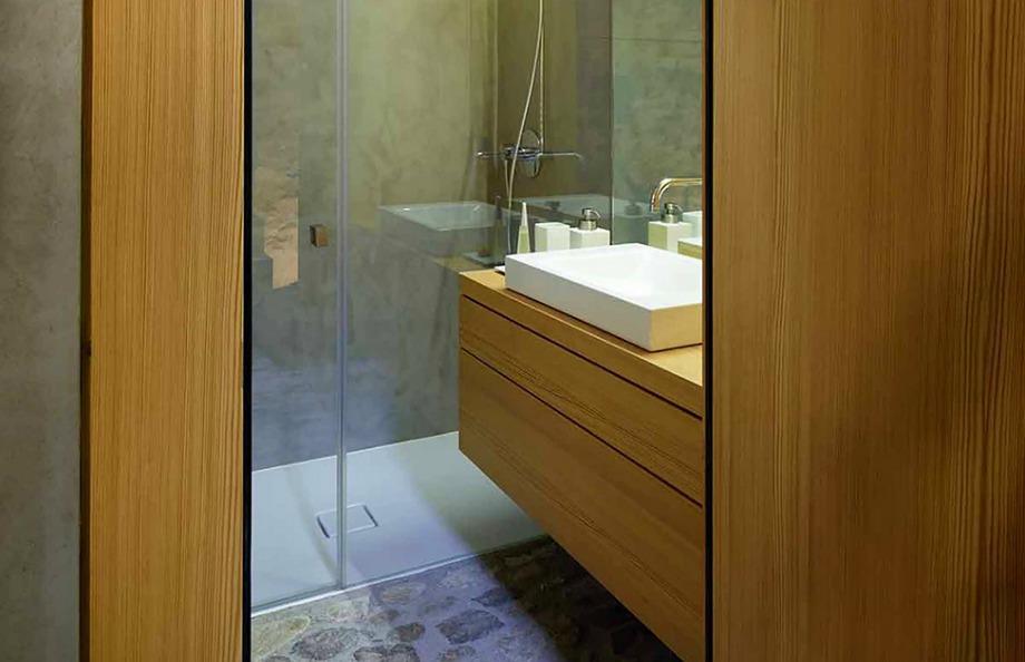 Στο μπάνιο επικρατεί το ξύλο και η πέτρα σε άψογη αναλογία μεταξύ τους