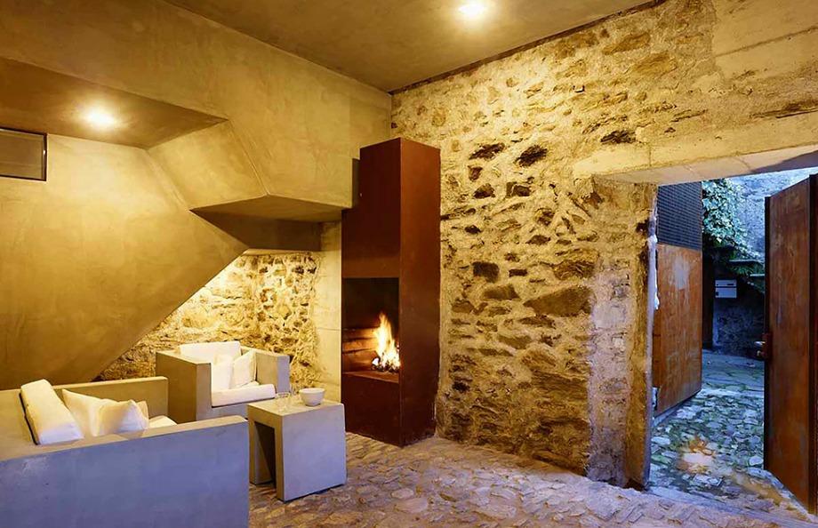 Ξύλο, τσιμέντο και πέτρα κυριαρχούν στο όμορφο αυτό σπίτι