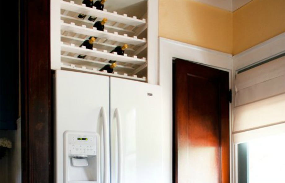 Ένα μίνι μπαρ είναι ό,τι πρέπει αν έχετε αρκετό χώρο πάνω από το ψυγείο σας