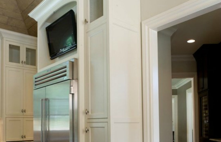 Αν περνάτε ώρες μέσα στην κουζίνα, τοποθετήστε μια τηλεόραση πάνω από το ψυγείο