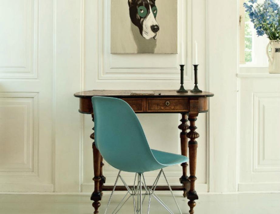 Το ξύλινο γραφείο συνδυάζεται όμορφα με μια θαλασσί καρέκλα με μεταλλικά πόδια
