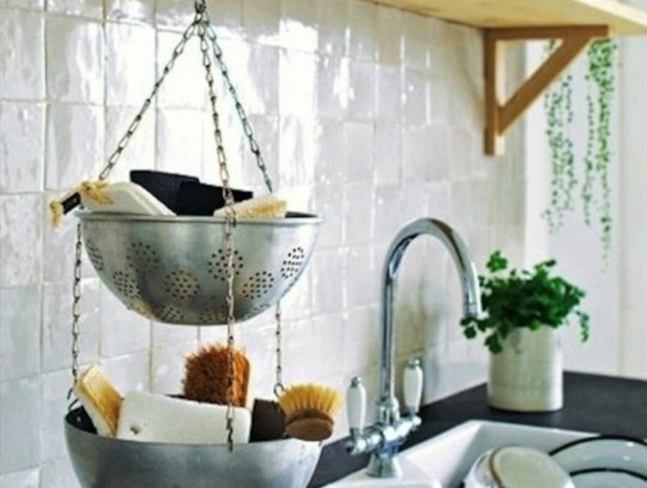 Μπορείτε να χρησιμοποιήσετε τα παλιά σουρωτήρια σαν αποθηκευτικό χώρο για τα σφουγγάρια και τα απορρυπαντικά στην κουζίνα σας