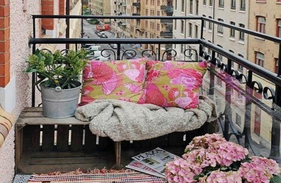 Ποιος είπε ότι πρέπει να ξεχάσετε τα χαλιά μετά το χειμώνα; Βάλτε τα στη βεράντα σας για να της δώσετε βάθος και στυλ!
