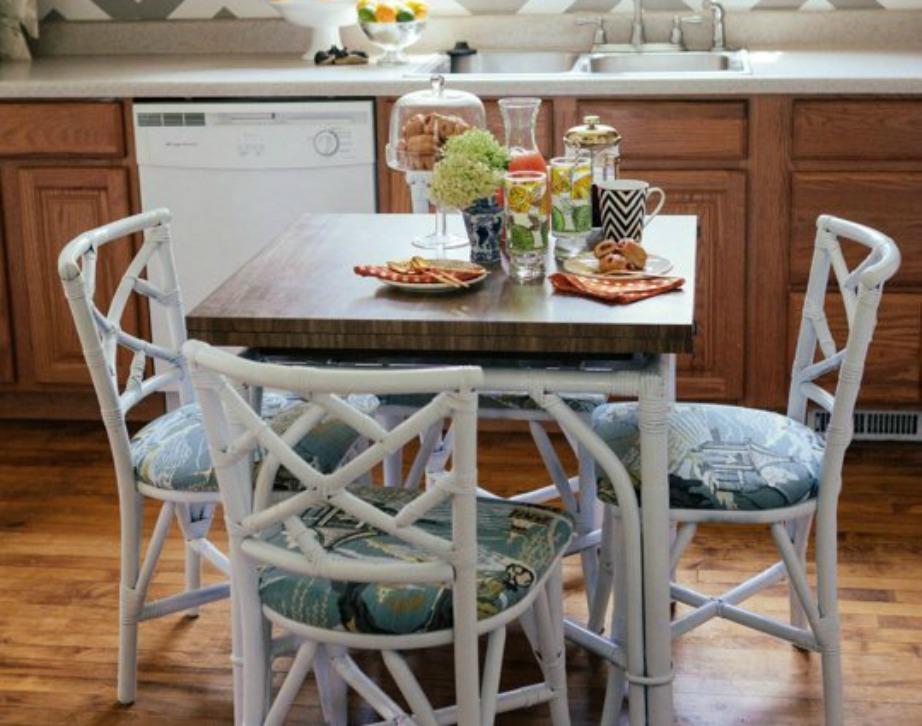 Στην κουζίνα κυριαρχεί το ξύλο ενώ το λευκό τραπεζάκι με τις καρέκλες ταιριάζουν άψογα μεταξύ τους και δίνουν μοντέρνα πινελιά στην κουζίνα