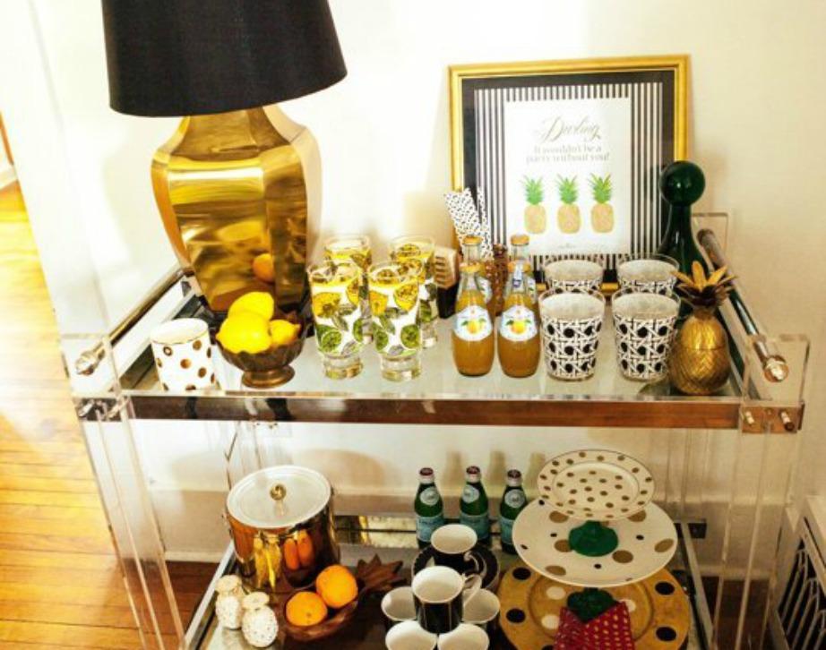 Ο μικρός μπουφές έχει διακοσμηθεί με χρυσό φωτιστικό και μοναδικά πιάτα και ποτήρια