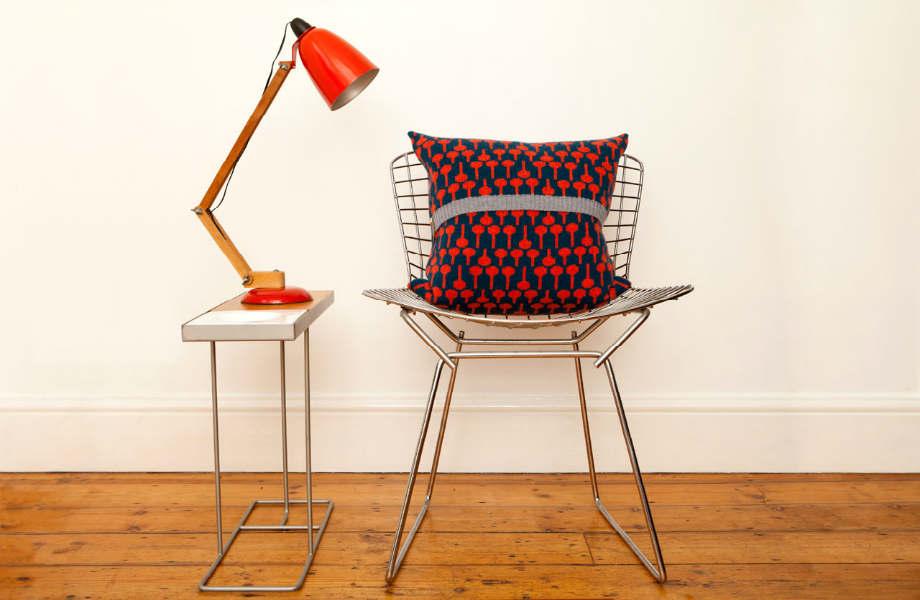 Είστε φαν των ουδέτερων χρωμάτων; Κι όμως αρκεί ένα χρωματιστό μαξιλάρι για να φέρει την άνοιξη στο χώρο σας.